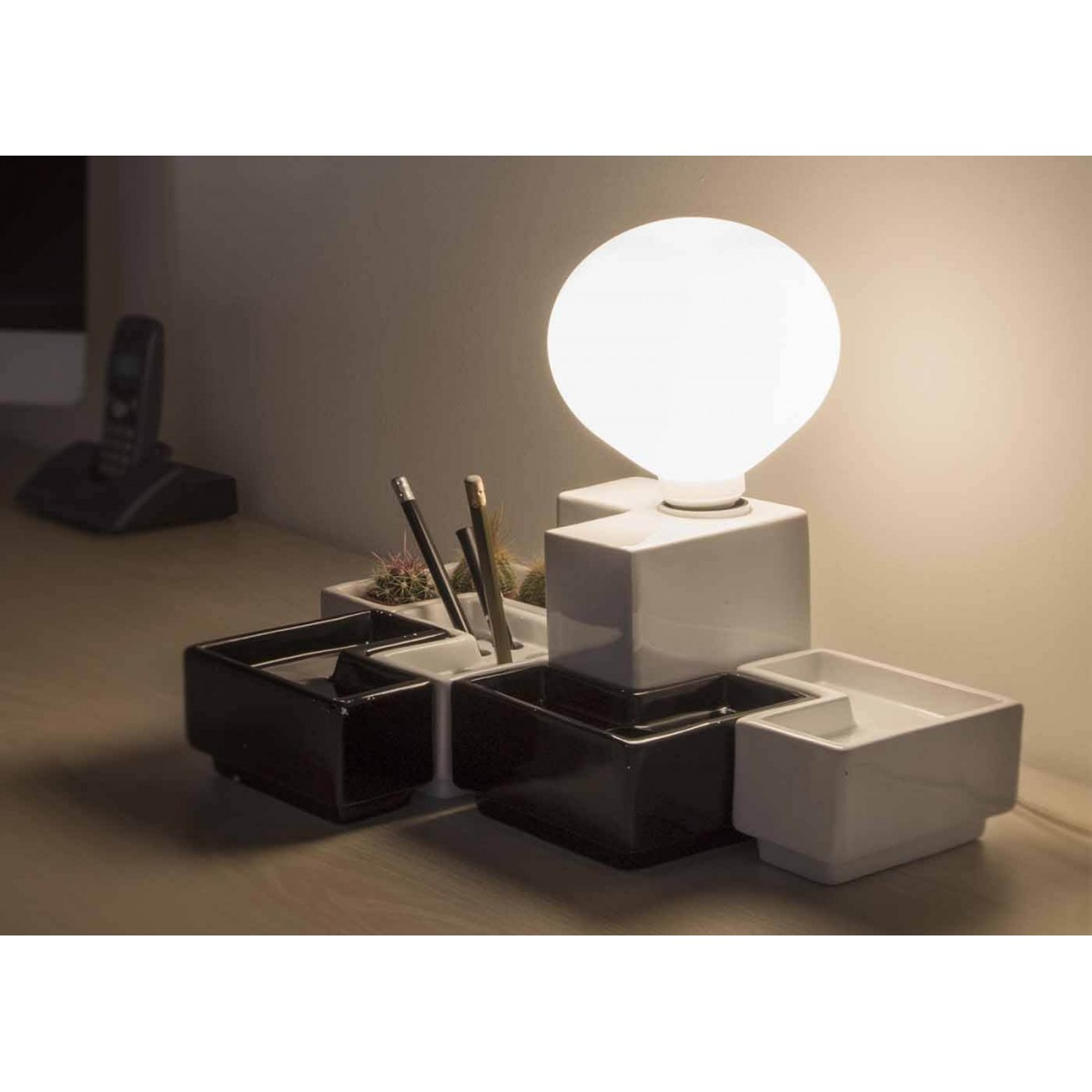 lampe et accessoires de bureau smart desk par ecotono. Black Bedroom Furniture Sets. Home Design Ideas