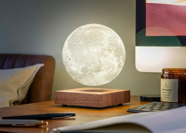 LAMPE DECORATIVE EFFET LUNE EN LEVITATION AVEC SOCLE EN NOYER OU FRENE - SMART MOON PAR GINGKO