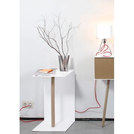 petite table basse moderne et design en acier blanc et bois vejtsberg. Black Bedroom Furniture Sets. Home Design Ideas