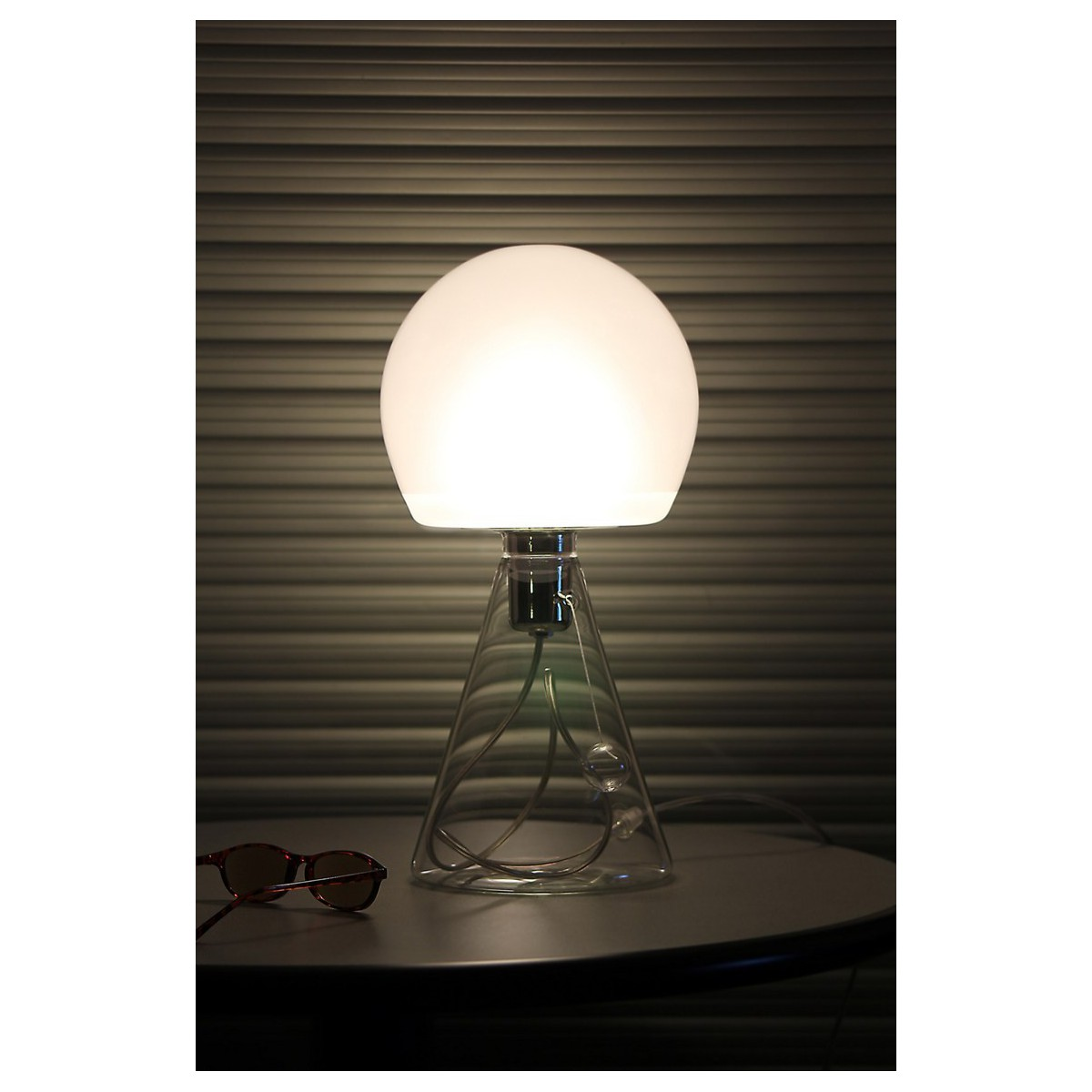 Petite lampe d 39 appoint au design pur et sobre sign e for But lampe a poser