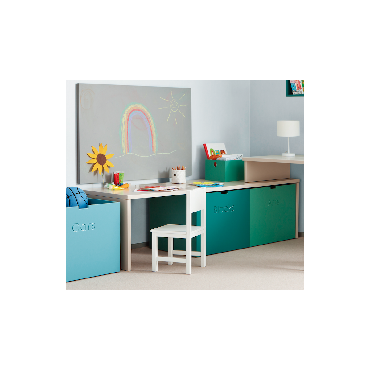 premier petit bureau enfant avec caisses de rangement. Black Bedroom Furniture Sets. Home Design Ideas