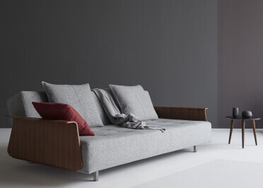 CANAPE DESIGN DANOIS AVEC ACCOUDOIRS EN NOYER ET TEXTILE GRIS LONG HORN PAR INNOVATION LIVING