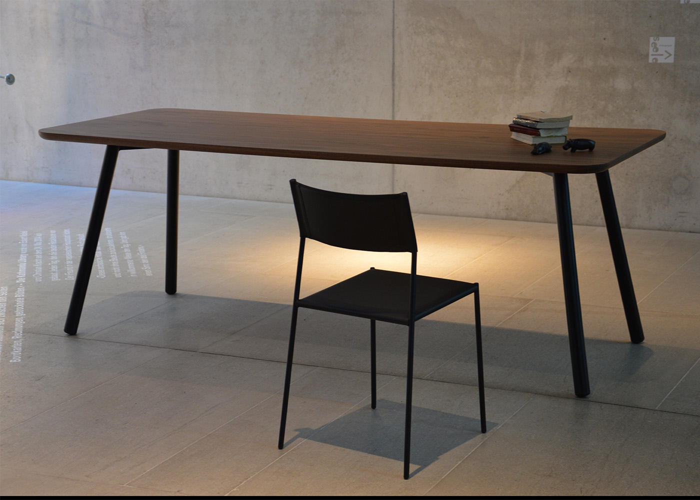 Table de repas en ch ne ou noyer au design sobre et for Bureau 90 cm de long