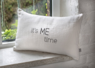 COUSSIN DECORATIF EN LIN BLANC BRODE DE COULEURS INSCRIPTION IT'S ME TIME PAR MONALISON