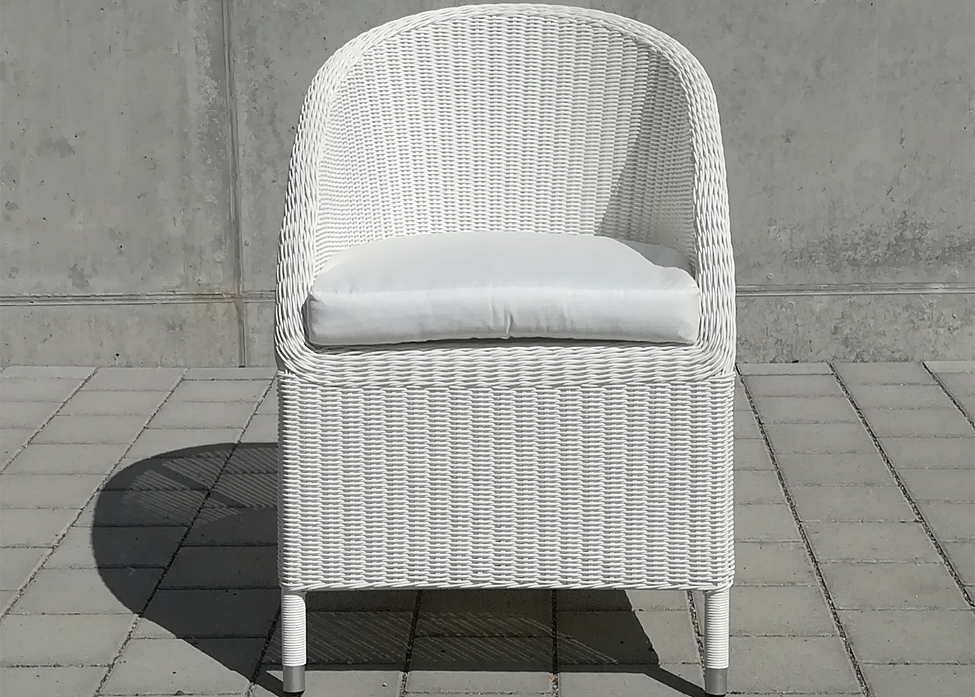 fauteuil crapaud pour jardin en wicker blanc ou taupe chez ksl living. Black Bedroom Furniture Sets. Home Design Ideas