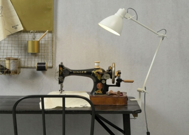 LAMPE A FIXER A UNE TABLE DESIGN INDUSTRIEL EN METAL BLANC  DERBY - ITS ABOUT ROMI