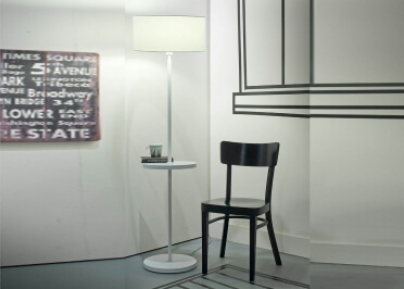 LAMPADAIRE AVEC TABLETTE INTEGREE EN ACIER BLANC MONACO - ITS ABOUT ROMI