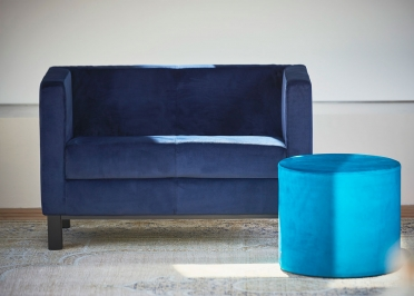 CANAPE 2 PLACES EN VELOURS BLEU DESIGN CONTEMPORAIN ET TENDANCE - TODAY PAR JANKURTZ