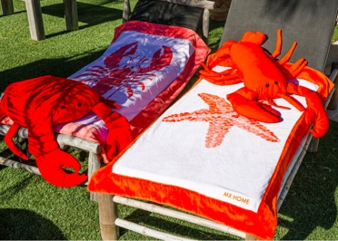 COUSSIN DE JARDIN ORANGE ORIGINAL EN FORME DE HOMARD PAR MX HOME