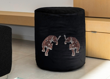 POUF ROND DESIGN EN VELOURS NOIR MOTIFS LEOPARDS BRODES 45x45x45 - MX HOME